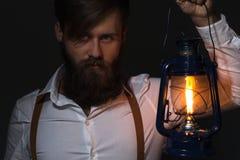Hombre con la barba en la camisa y las ligas blancas fotos de archivo