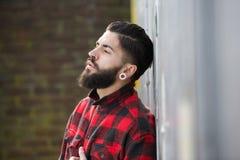 Hombre con la barba que se coloca al aire libre solamente foto de archivo libre de regalías