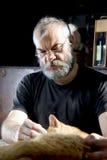 Hombre con la barba y su gato Fotos de archivo