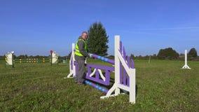 Hombre con la barrera cerca del obstáculo almacen de metraje de vídeo
