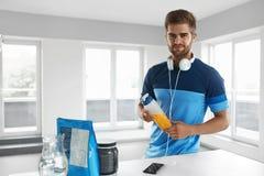Hombre con la bebida de la energía dentro Suplemento de la nutrición del levantamiento de pesas imagen de archivo