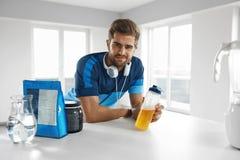 Hombre con la bebida de la energía dentro Suplemento de la nutrición del levantamiento de pesas foto de archivo libre de regalías