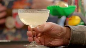 Hombre con la bebida del alcohol en el vidrio metrajes