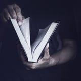 Hombre con la biblia foto de archivo libre de regalías