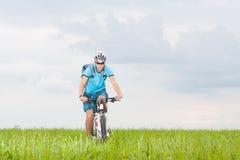 Hombre con la bici de montaña Imagen de archivo libre de regalías