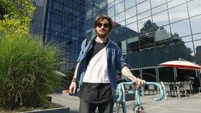 Hombre con la bici después del trabajo metrajes