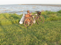 Hombre con la bici y el perro de montaña Imágenes de archivo libres de regalías