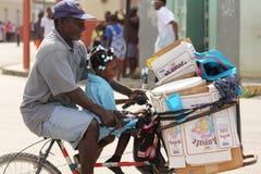 Hombre con la bicicleta del montar a caballo de la hija Fotos de archivo