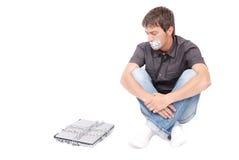 Hombre con la boca gritada y la computadora portátil encadenada fotografía de archivo
