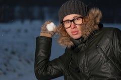 Hombre con la bola de nieve Imagenes de archivo