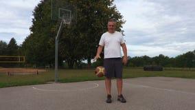 Hombre con la bola del baloncesto almacen de metraje de vídeo