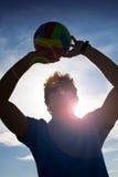 Hombre con la bola del voleibol Foto de archivo libre de regalías