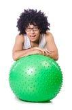 Hombre con la bola suiza que hace ejercicios Imagenes de archivo