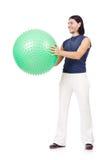 Hombre con la bola suiza que hace ejercicios Imágenes de archivo libres de regalías