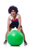 Hombre con la bola suiza que hace ejercicios Fotografía de archivo libre de regalías