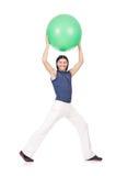 Hombre con la bola suiza que hace ejercicios Foto de archivo