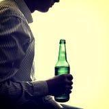 Hombre con la botella de cerveza Imagen de archivo