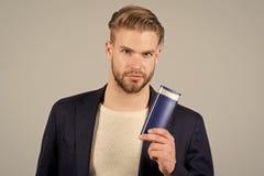 Hombre con la botella del champú o del acondicionador fotos de archivo