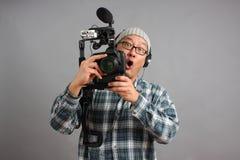 Hombre con la cámara de HD SLR y el equipo audio Foto de archivo libre de regalías