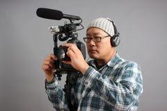 Hombre con la cámara de HD SLR y el equipo audio Fotografía de archivo libre de regalías