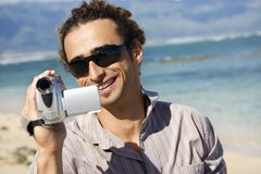 Hombre con la cámara de vídeo. Imagen de archivo libre de regalías