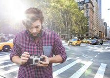 Hombre con la cámara en la calle con la llamarada Imagen de archivo libre de regalías