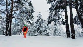Hombre con la cámara que hace una foto de bosque nevoso del invierno almacen de metraje de vídeo