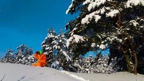 Hombre con la cámara que toma la foto al aire libre en paisaje nevoso del invierno almacen de video