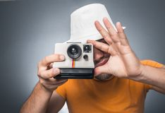 Hombre con la cámara retra Fotos de archivo