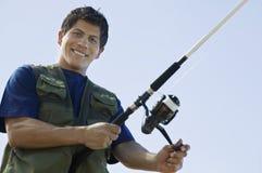 Hombre con la caña de pescar foto de archivo