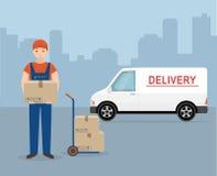 Hombre con la caja de cartón y la furgoneta de entrega en fondo de la ciudad Imagen de archivo