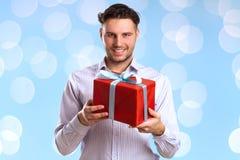 Hombre con la caja de regalo roja Imagen de archivo libre de regalías