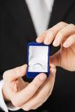 Hombre con la caja de regalo y el anillo de bodas Fotos de archivo
