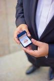 Hombre con la caja de regalo y el anillo de bodas Fotografía de archivo libre de regalías