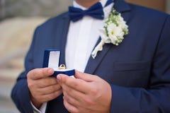 Hombre con la caja de regalo y el anillo de bodas Imagen de archivo