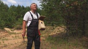 Hombre con la caja del martillo y de pájaro metrajes
