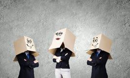 Hombre con la caja en la cabeza Fotografía de archivo