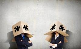 Hombre con la caja en la cabeza Foto de archivo libre de regalías