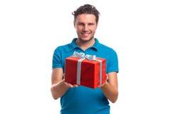 Hombre con la caja roja de la taza y de regalo Fotos de archivo libres de regalías