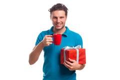 Hombre con la caja roja de la taza y de regalo Imagenes de archivo