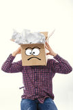 Hombre con la caja sonriente sobre su cabeza Fotos de archivo