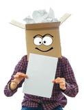 Hombre con la caja sonriente sobre su cabeza Imagen de archivo libre de regalías