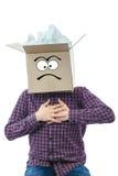 Hombre con la caja sonriente sobre su cabeza Imágenes de archivo libres de regalías