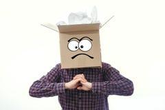 Hombre con la caja sonriente sobre su cabeza Foto de archivo libre de regalías