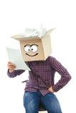 Hombre con la caja sonriente sobre su cabeza Imagenes de archivo