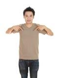 Hombre con la camiseta marrón en blanco Imagen de archivo