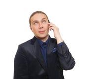 Hombre con la cara enfadada que habla en el teléfono móvil Imágenes de archivo libres de regalías