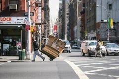 Hombre con la carretilla en Nueva York Imagen de archivo