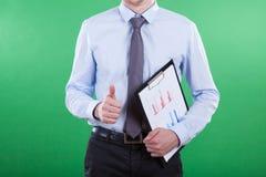 Hombre con la carta de barra que muestra gesto aceptable Imágenes de archivo libres de regalías