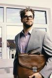 Hombre con la cartera en el fondo de cristal de la puerta Concepto de la educación y del trabajo Hombre o profesor serio fotos de archivo libres de regalías